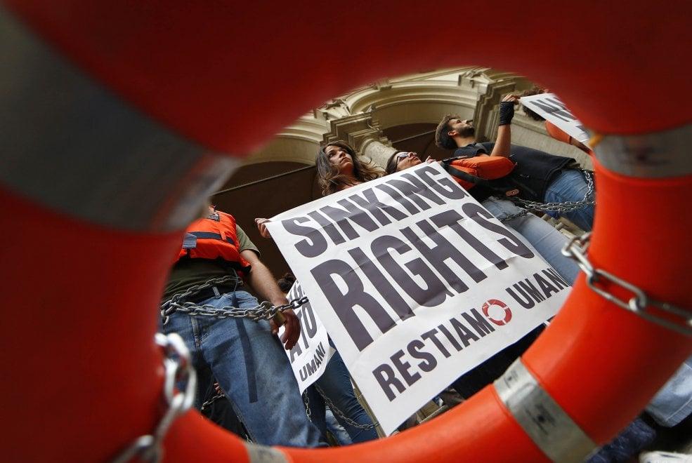 """Migranti, salvagente e catene davanti al ministero dei Trasporti: """"Stop ai naufragi di Stato"""""""