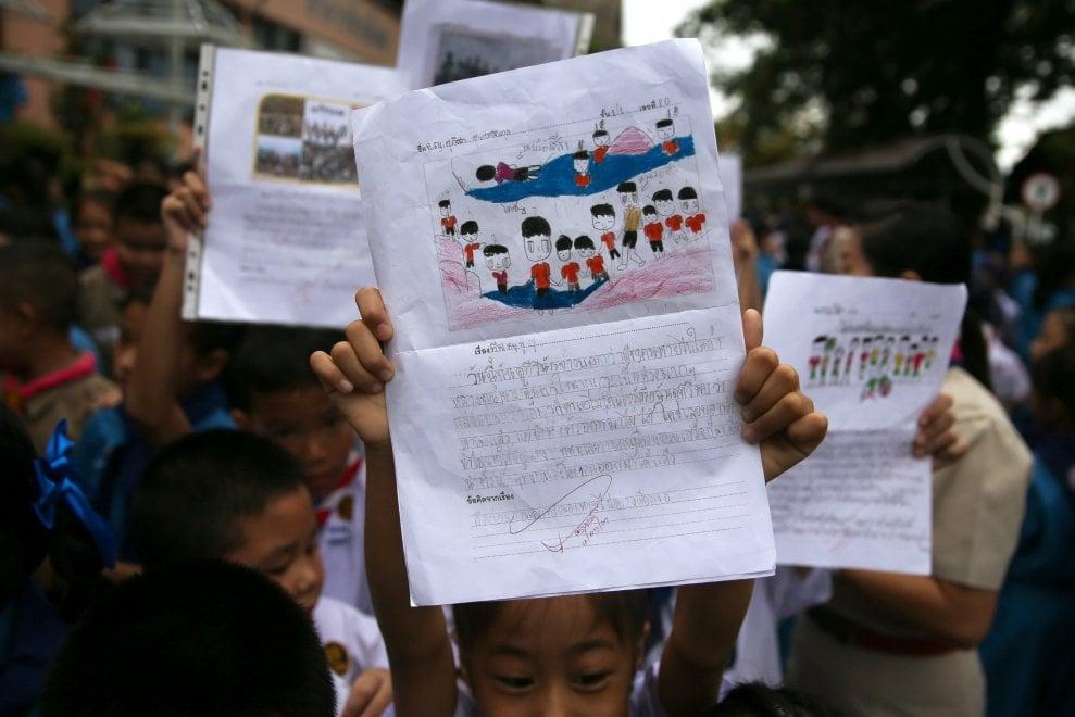 Thailandia, la folla festosa dei compagni di scuola davanti all'ospedale
