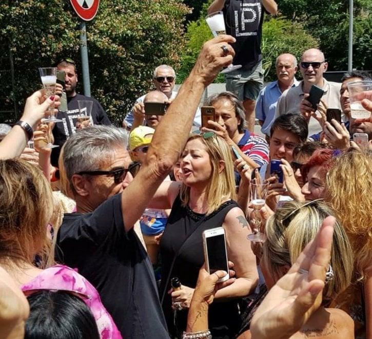 Correggio, le fan omaggiano Ligabue con un nuovo murales dedicato a 'Made in Italy'
