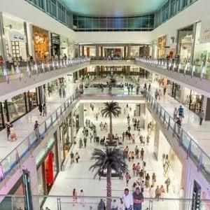 Un freno al lavoro nei giorni festivi: nel piano del governo tetto del 25% e regole sull'e-commerce