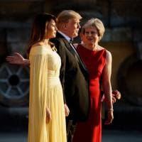 Melania in peplo giallo oro al galà nella villa di Churchill