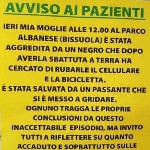 """Razzismo, il cartello choc del dentista di Mestre: """"Mia moglie aggredita da un negro"""""""