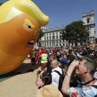 Trump in Inghilterra, prima le offese poi la love story, Contro di lui marea umana a...