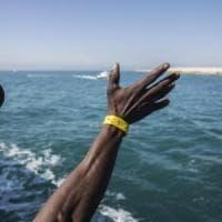 """Migranti, in acque italiane barcone con 450 a bordo. Salvini: """"Non deve arrivare qui""""...."""