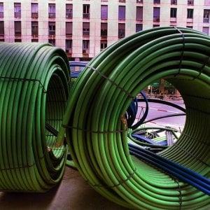 Telefonia, stretta dell'Agcom sulla pubblicità della fibra: si può usare solo se arriva fino al palazzo o a casa