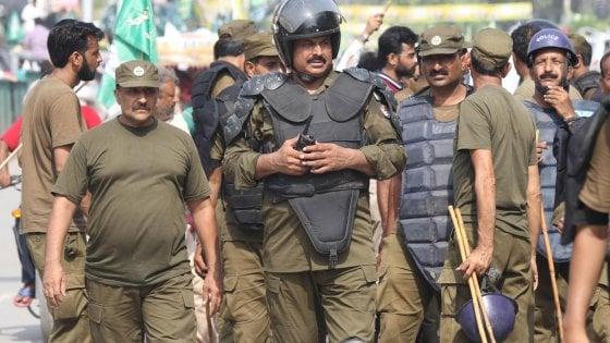 Pakistan, arrestato al rientro Nawaz Sharif. Attentato, almeno 128 morti