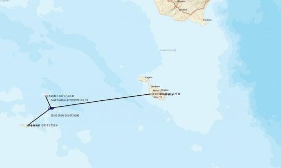 """Migranti, in acque italiane barcone con 450 a bordo. Salvini: """"Non deve arrivare qui"""". Punta verso la Sicilia"""