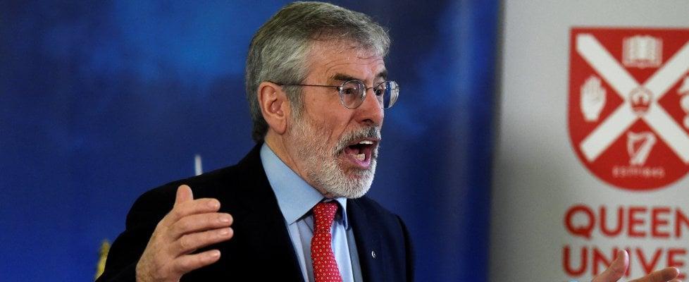 """Irlanda del nord, ordigno contro la casa di Gerry Adams. Lui: """"Fatevi vedere in faccia"""""""