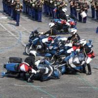 Francia, tricolore invertito e incidente tra moto: le gaffe al Giorno della Bastiglia