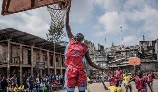 Basket, a scuola di palleggio e terzo tempo nelle baraccopoli africane con Slums Dunk