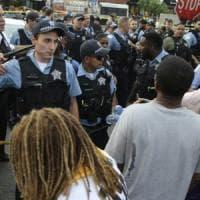 Chicago, scontri con la polizia dopo l'uccisione di un uomo da parte di un agente