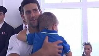 """Djokovic vince e corre dal figlio: """"Ho bisogno di questo abbraccio"""""""