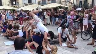 Turisti francesi festeggiano in piazza: ma un barese rovina tutto