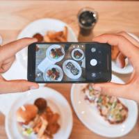 A tavola senza cellulare: le nuove regole dei ristoranti di New York
