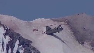 Il salvataggio incredibile:elicottero si appoggia sulla vetta