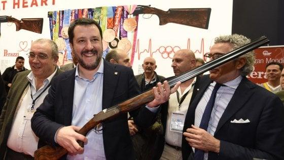 """Patto tra Salvini e la lobby delle armi, protestano le opposizioni: """"Far West che favorisce i delitti"""""""