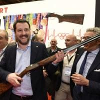 """Patto tra Salvini e la lobby delle armi, protestano le opposizioni: """"Far West che..."""