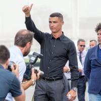 Le visite, l'abbraccio dei tifosi e l'incontro con Allegri: Ronaldo fa impazzire Torino