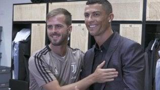 L'abbraccio tra Cristiano Ronaldo e Pjanic