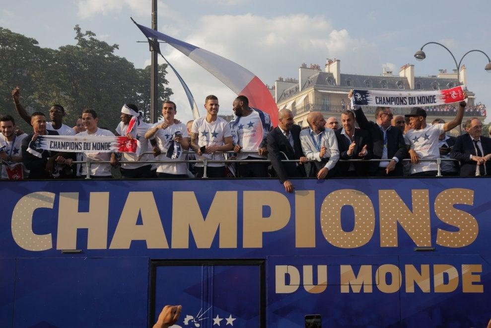 La squadra sfila sugli Champs-Elysees, poi è ricevuta da Macron