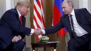 """L'asse Trump-Putin ma il Russiagate rovina la festa. Il capo del Cremlino: """"Nessuna interferenza in elezioni"""". Il leader Usa: """"Ci credo"""""""