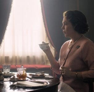 'The Crown', la prima foto: ecco Olivia Colman in versione Elisabetta II