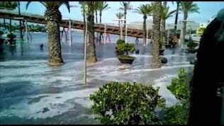 Mini tsunami inonda il lungomare strade e negozi invasi dall'acqua