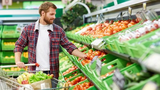 Uomini moderni, così diversi dai padri: fanno la spesa, cucinano, sono attenti a una dieta sana