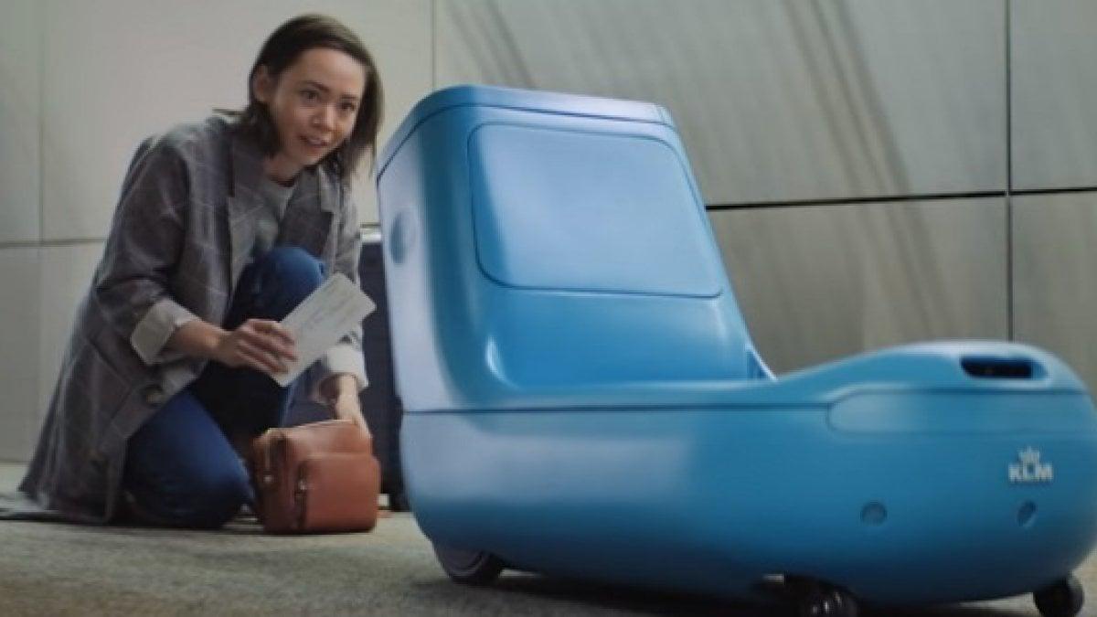 Quasi fosse un piccolo e tenero Wall-E da aeroporto. Si