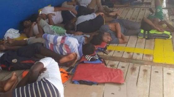 Migranti, un'altra nave vaga nel Mediterraneo: a bordo 40 profughi, anche due donne incinte