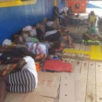 Migranti, un'altra nave vaga nel Mediterraneo: a bordo 40 profughi, anche due donne...