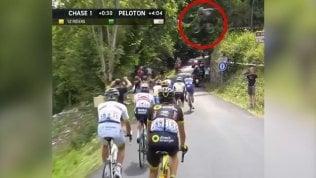 Che brivido al Tour de France:pilota di Bmx salta sui corridori