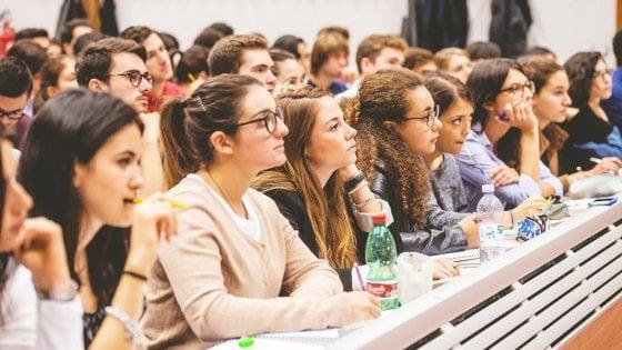 """Prestito d'onore, la protesta degli universitari: """"Più borse di studio, così ci fate indebitare"""""""