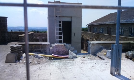"""Mauthausen, scontro sull'ascensore in costruzione. Gli ex deportati: """"Abbattetelo, offende la memoria"""""""