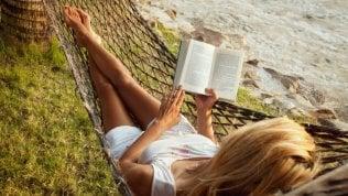 I consigli di dieci scrittori per dieci libri da portare in vacanza