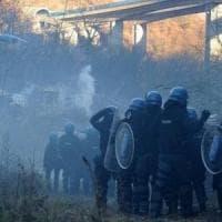 Valle di Susa, attacco al cantiere Tav con i petardi, poi la fuga per i lacrimogeni e il...