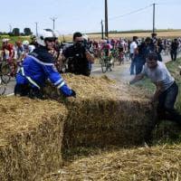 Tappa del Tour bloccata per la protesta degli agricoltori: lancio di lacrimogeni