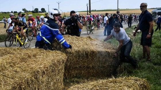 Ciclismo, clamoroso al Tour: protesta degli agricoltori interrompe la corsa