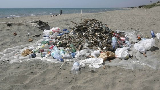 Sardegna, troppi rifiuti: il sindaco di Cuglieri vieta di mangiare e bere in spiaggia