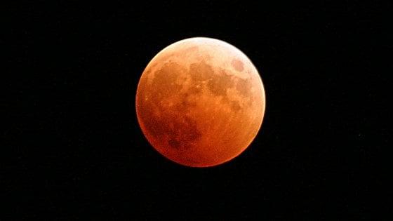 Un'eclissi da record: Luna rossa accanto a Marte, in scena il 27 luglio