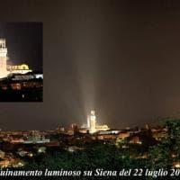 Siena, la torre illuminata dal faro che cancella le stelle