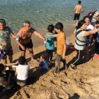 Crotone, sbarcano in 56 sulla spiaggia. E i bagnanti li soccorrono