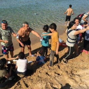 Profughi sbarcano in spiaggia, soccorsi dai bagnanti