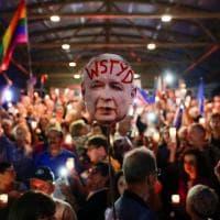 Candele e penne contro la nuova legge sulla giustizia: in migliaia in piazza a Varsavia