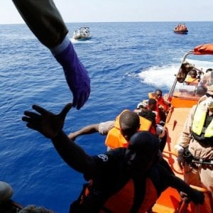 """Migranti e salvataggi in mare, """"Tutta colpa delle ONG"""": come e perché sono diventate il nemico pubblico numero uno"""