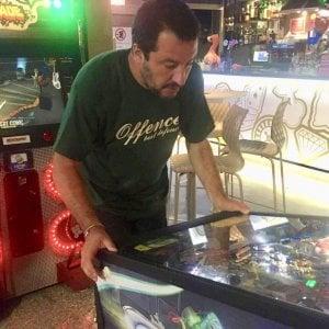 Salvini e quella foto con la maglietta degli ultrà di estrema destra