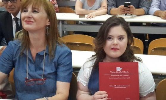 Ragazza con la sindrome di Down si laurea con la mamma
