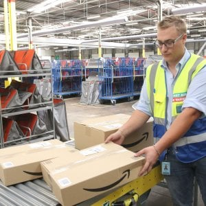 Amazon, multa da 300 mila euro dall'Agcom: Svolge attività postale senza autorizzazione