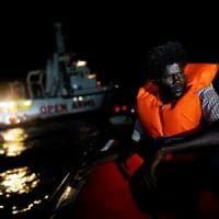 Nave Open Arms salva 87 migranti da due giorni alla deriva. Nuovi sbarchi in Sicilia, Calabria e Sardegna
