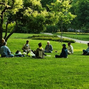 Meditazione al parco per una pausa zen
